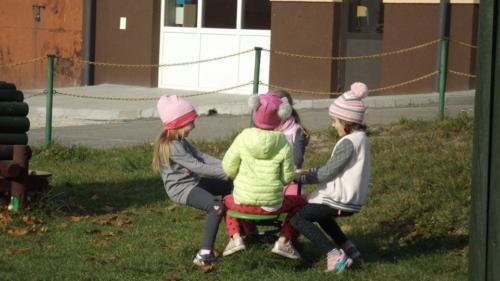 Przedszkolaki na placu