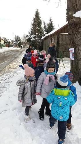 Zimowy spacer przedszkolaków